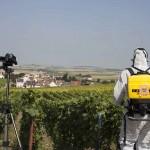 Nunsu paysan de dos avec sigle chimique dans les vignes dans le clip Pôle Emploi du rappeur français Nunsuko ecueil