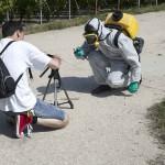 face à face réalisateur Nunsu paysan en tenue protection chimique dans les vignes à Eccueil dans le clip Pôle Emploi du rappeur français Nunsuko