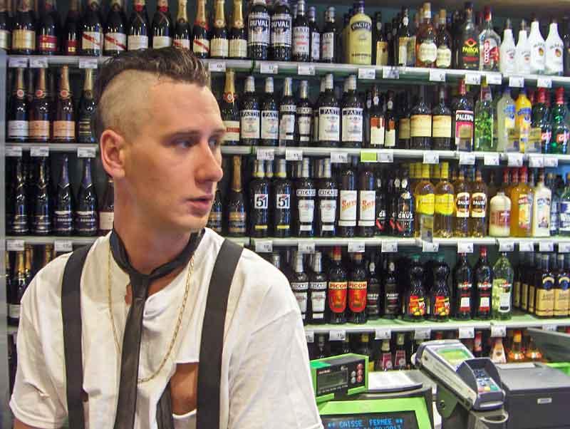 portrait Nunsu artiste mur bouteilles alcool Carrefour City à Epernay dans le clip Pôle Emploi du rappeur français Nunsuko