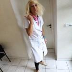 portrait Nunsu fonctionnaire avec doigt dans les cheveux à l'hôpital de Reims dans le clip Pôle Emploi du rappeur français Nunsuko