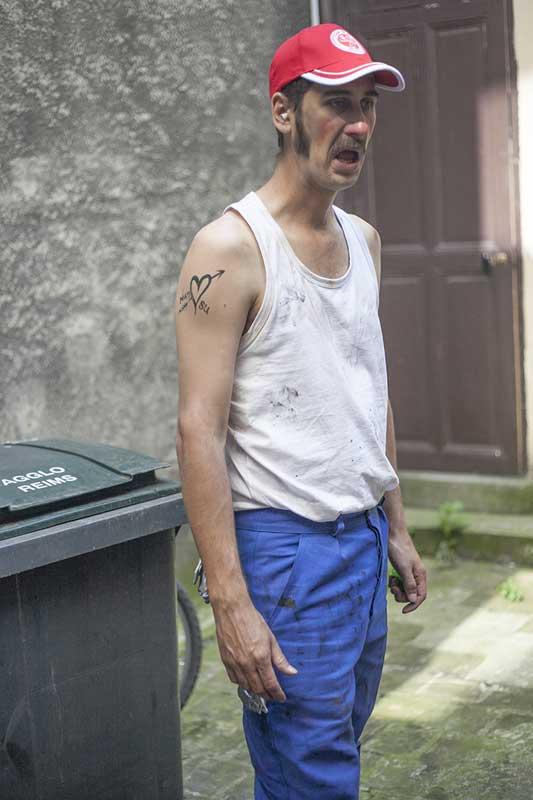 portrait Nunsu ouvrier valeo reims grimace tchao pantin dans le clip Pôle Emploi du rappeur français Nunsuko