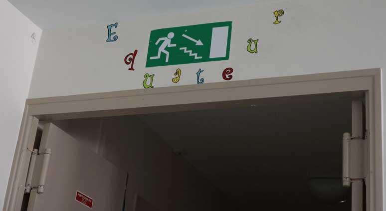 couloir indicatif avec faute foyer Le Téo dans le clip Pôle Emploi du rappeur français Nunsuko