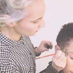 une maquilleuse professionnelle pour assurer le maquillage et la coiffure des artistes